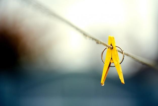 Clipe de plástico amarelo na corda Foto Premium