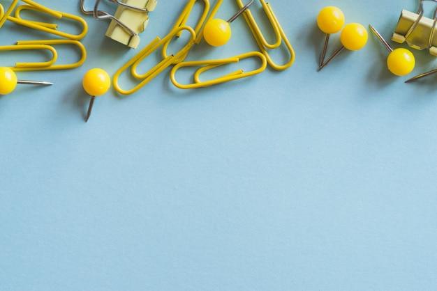 Clipes de clipes de papel amarelos e clipes de encadernação Foto gratuita