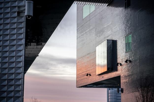 Close da fachada texturizada de um edifício moderno Foto gratuita