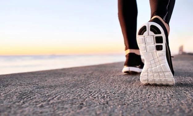 Close de calçados esportivos no caminho de concreto Foto gratuita