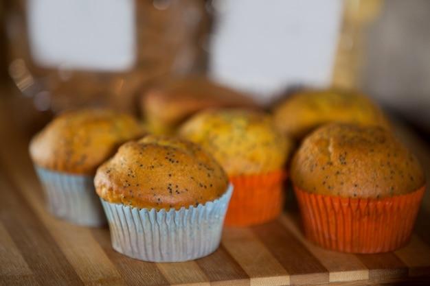 Close de cupcakes na tábua de madeira Foto Premium