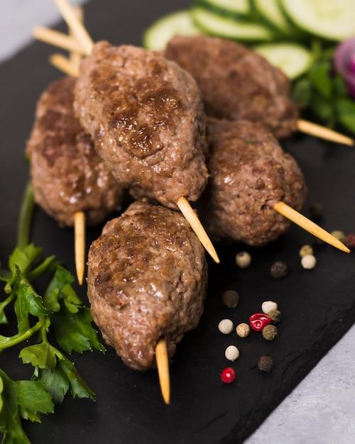 Close de deliciosos espetos de fast-food árabe Foto gratuita