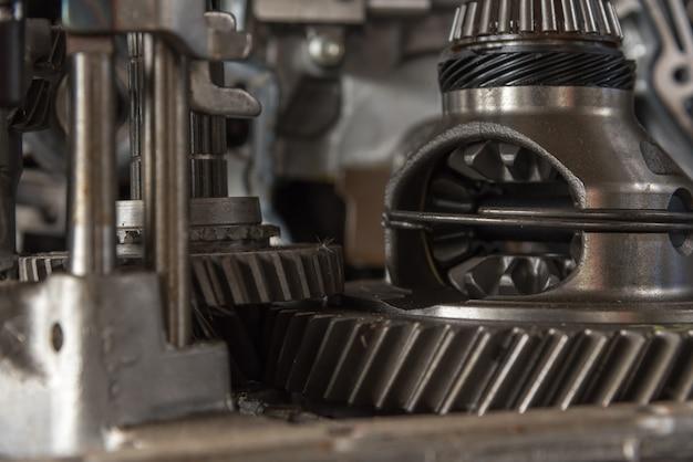 Close de motor sujo de carro desmontado para peças de motor e engrenagem na garagem do carro Foto Premium