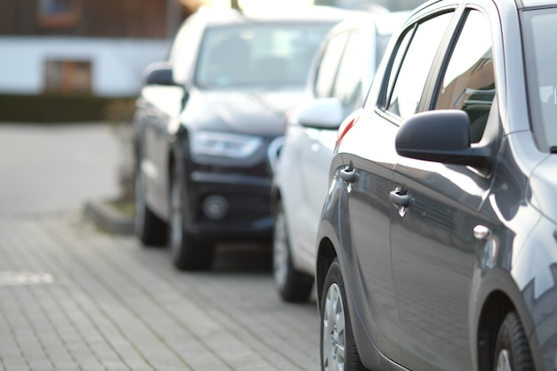 Close de um carro preto no estacionamento com um fundo desfocado Foto gratuita