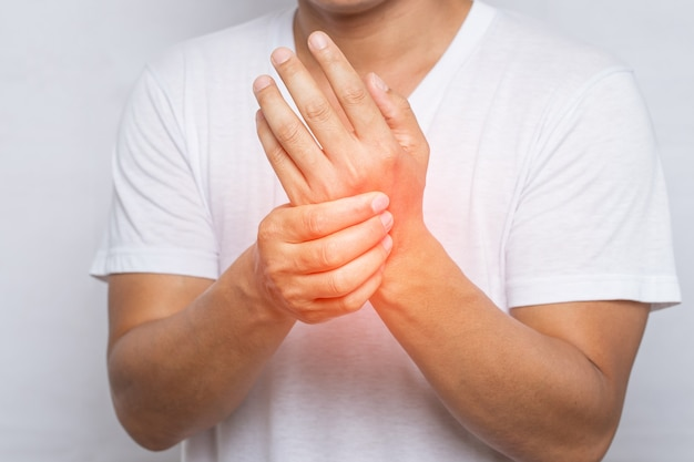 Close de um homem com dor na mão ou no pulso Foto Premium