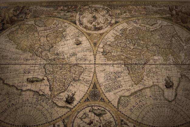 Close de um mapa-múndi vintage feito com quebra-cabeças Foto gratuita