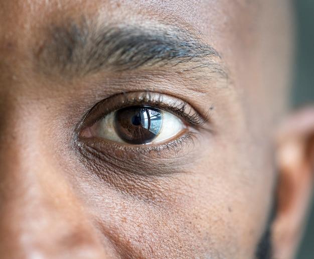 Close de um olho de um homem negro Foto gratuita