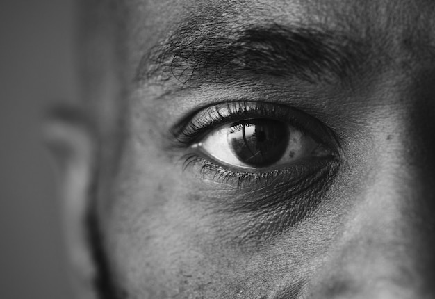 Close de um olho de um homem Foto gratuita