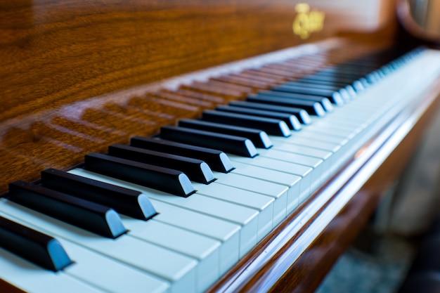 Close de um piano de cauda clássico Foto gratuita