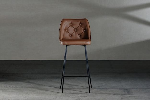 Close de uma cadeira sem braços com encosto côncavo, móveis em estilo loft Foto gratuita