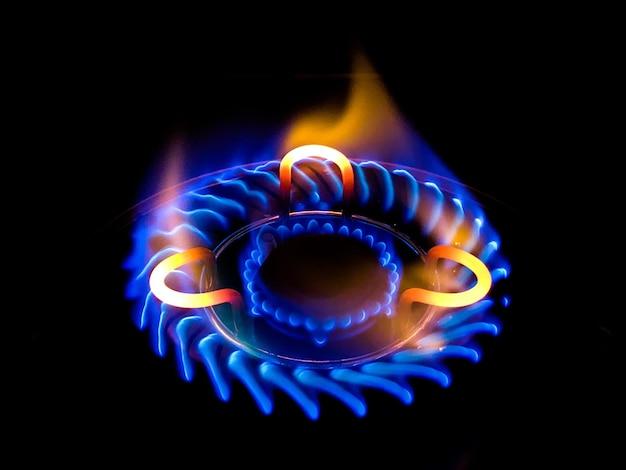 Close de uma linda chama azul em um fogão a gás Foto gratuita