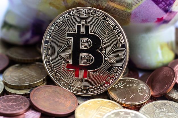 Close de uma moeda grande cercada por muitas outras Foto gratuita