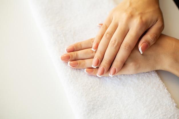 Close de uma mulher demonstrando uma nova manicure Foto Premium