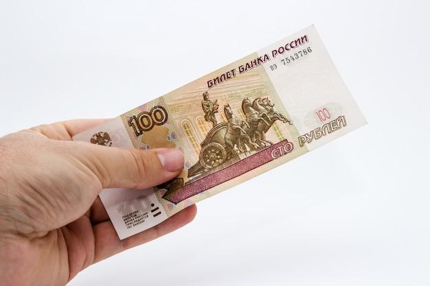 Close de uma pessoa segurando dinheiro sobre um fundo branco Foto gratuita
