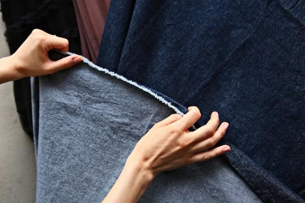 Close de uma seção de tecido colorido em um mercado ao ar livre Foto gratuita