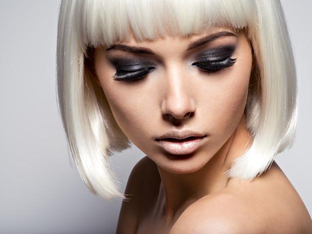 Close do rosto da garota com longos cílios negros. maquiagem fashion Foto gratuita