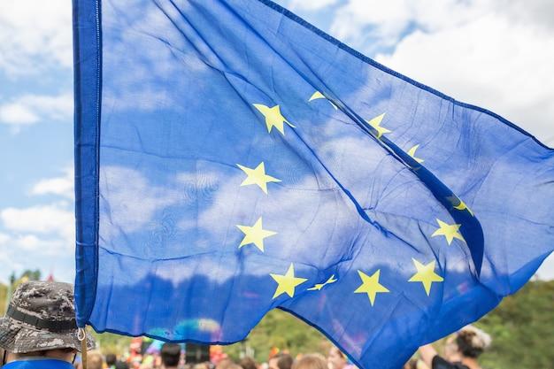 Close na bandeira da união europeia na parada do orgulho de praga Foto Premium