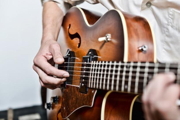 Close nos dedos do guitarrista Foto Premium
