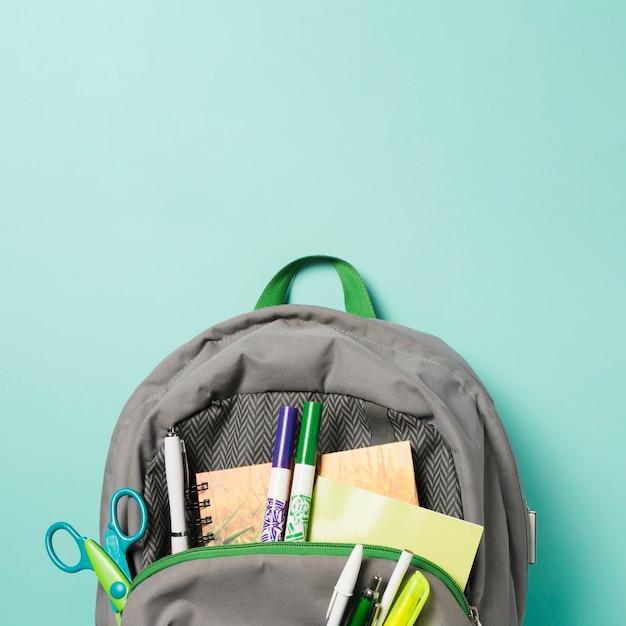 Close-up abriu a mochila com acessórios de escola Foto gratuita