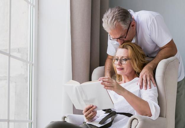 Close-up adorável homem idoso e mulher juntos Foto gratuita
