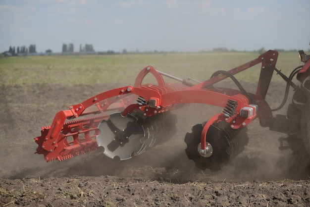 Close-up agrícola do arado na terra, maquinaria agrícola. Foto Premium