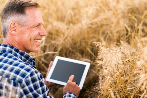 Close-up agrônomo com um mock-up tablet Foto gratuita