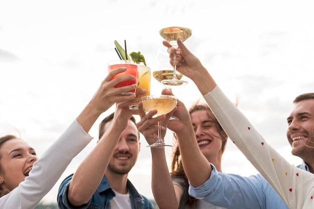 Close-up amigos brindando em uma festa Foto gratuita