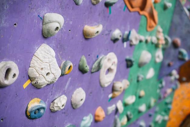 Close-up apertos na parede de escalada Foto gratuita