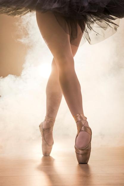 Close-up bailarina cruzou as pernas Foto gratuita