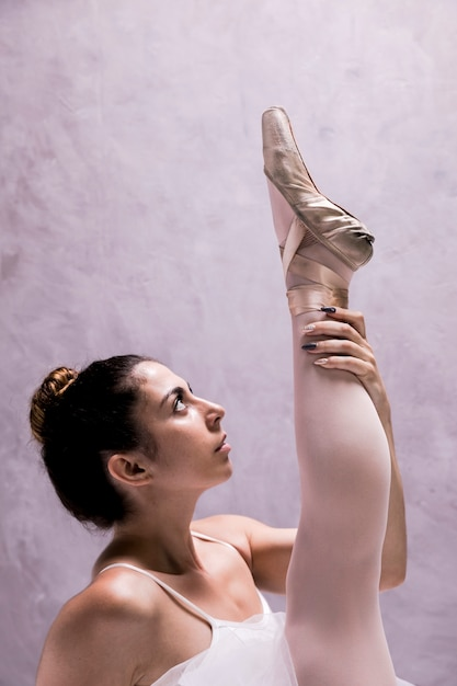 Close-up bailarina segurando a perna Foto gratuita