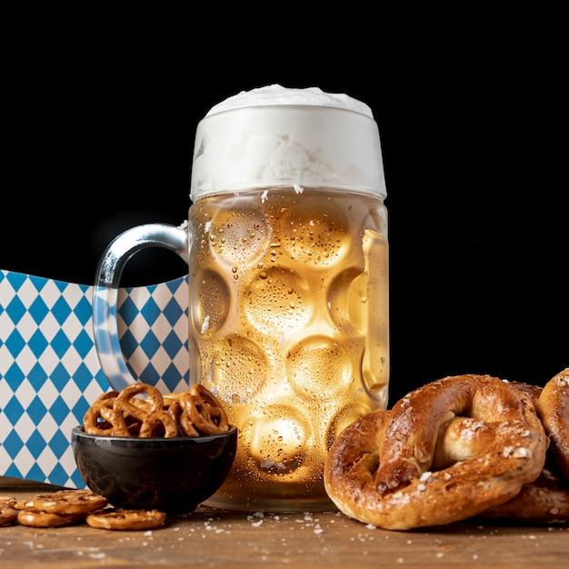 Close-up, bavarian, bebida, e, lanches, ligado, um, tabela Foto gratuita
