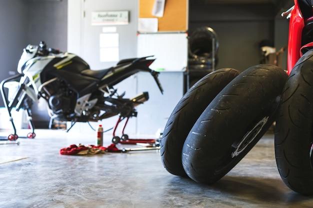 Close-up bigbike de pneu de motocicleta na garagem Foto Premium