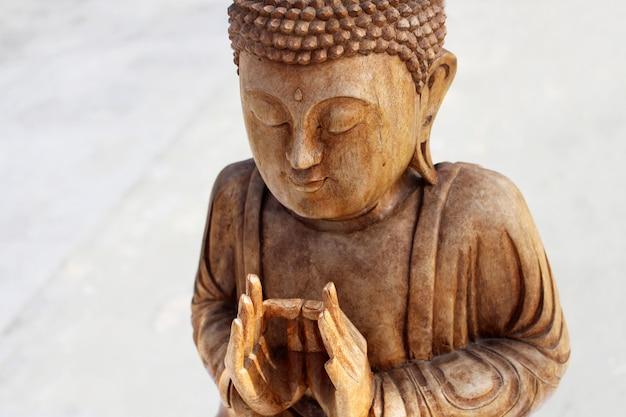 Close up buddha figura de madeira Foto gratuita