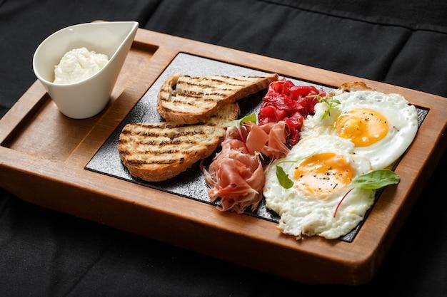 Close-up café da manhã ovos e torradas jamon e queijo Foto Premium