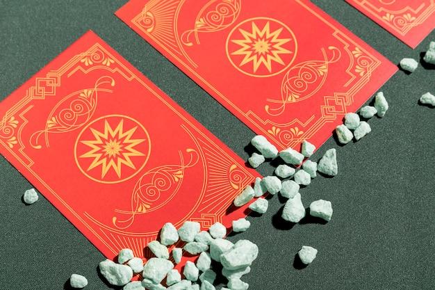 Close-up cartas de tarô vermelhas na mesa Foto gratuita