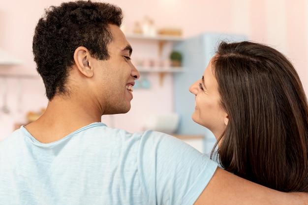Close-up casal feliz olhando um ao outro Foto gratuita