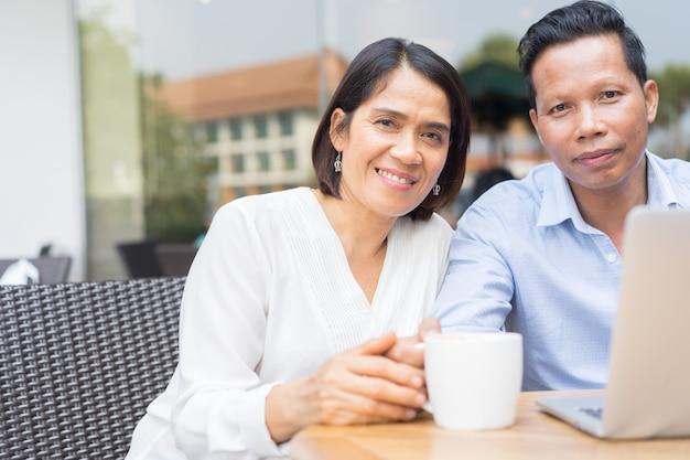 Close-up casal sênior segurando a mão juntos no café fora em tempo de relaxamento, estilo de vida envelhecido pessoas conceito Foto Premium