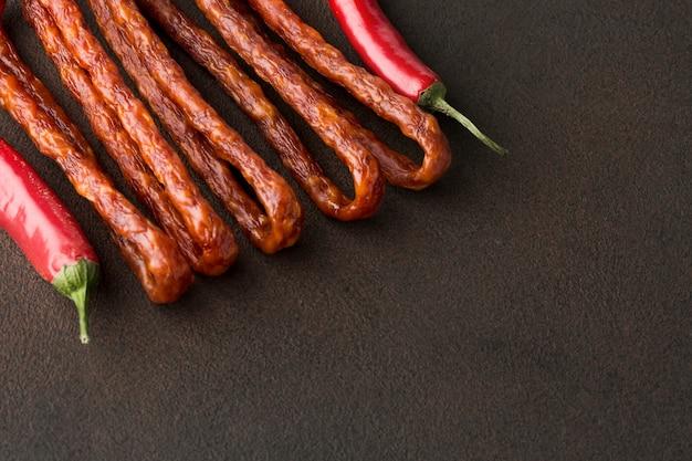 Close-up chili peppers com salsichas de porco Foto gratuita