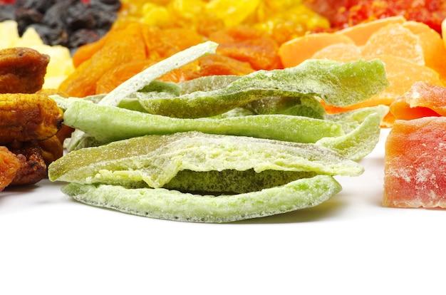 Close-up com variedade de frutas secas isoladas Foto Premium
