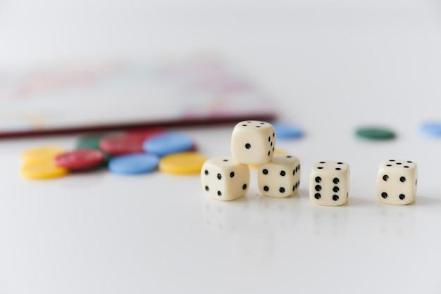 Close-up corta com acessórios de jogos em casa Foto gratuita