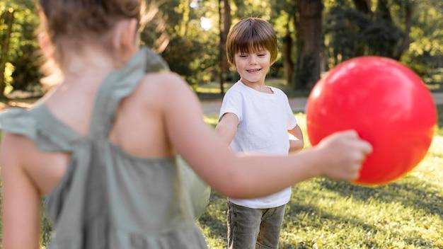 Close-up crianças brincando com balões Foto gratuita