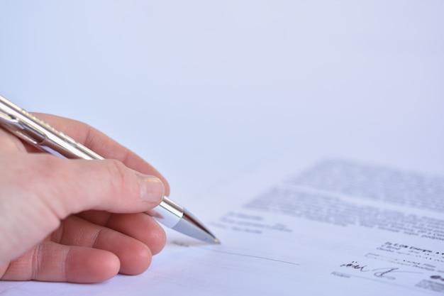 Close-up da assinatura de um contrato Foto gratuita