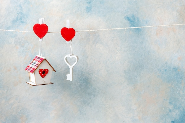 Close-up da chave de coração de madeira branca e símbolo doce lar Foto Premium