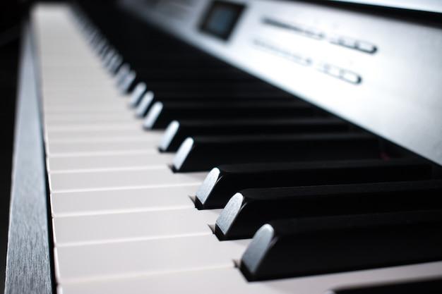 Close-up da eletrônica de teclas de piano. Foto Premium