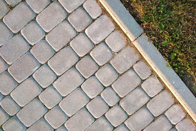 Close-up da maneira pavimentada pedra do trajeto da laje no parque ou no quintal. estrada do passeio da passagem no jardim da jarda da casa. Foto Premium