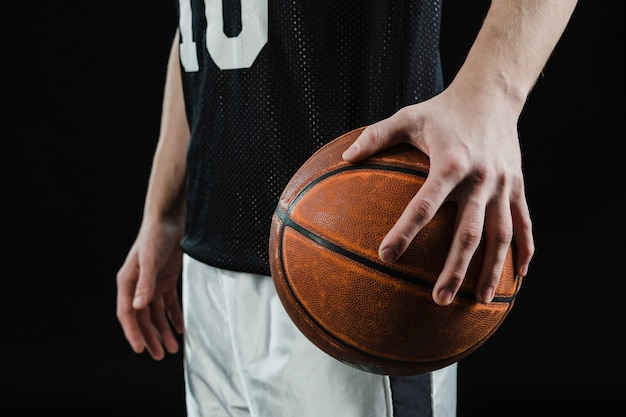 Close-up da mão bola de basquete exploração Foto gratuita