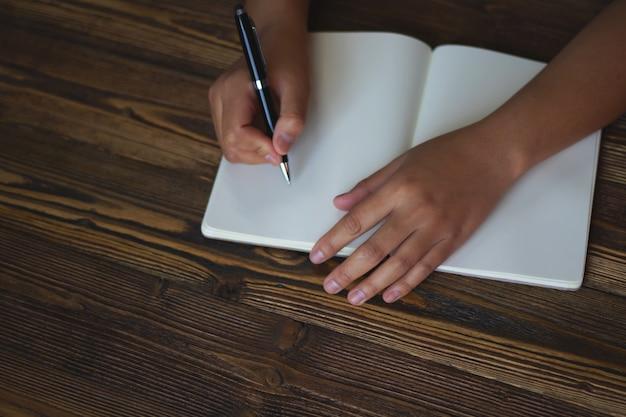 Close up da mão segurando a caneta, é como um escritor de cartas. ideia criativa Foto Premium