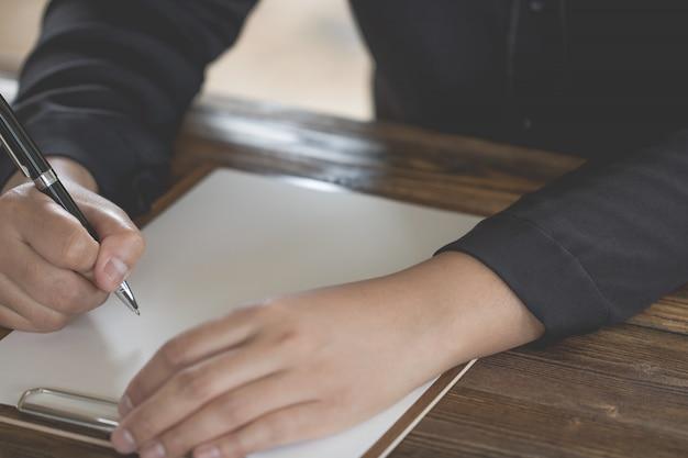 Close up da mão segurando a caneta, é como um escritor de cartas Foto Premium