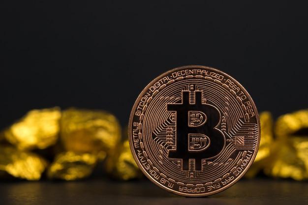 Close up da moeda digital do bitcoin e da pepita de ouro no fundo preto, Foto Premium