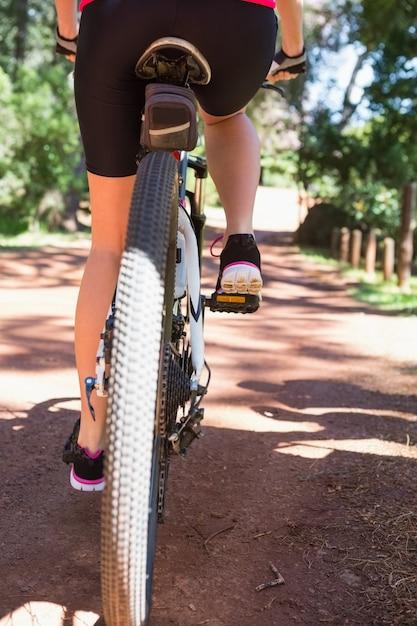 Close-up da mulher ciclismo Foto Premium